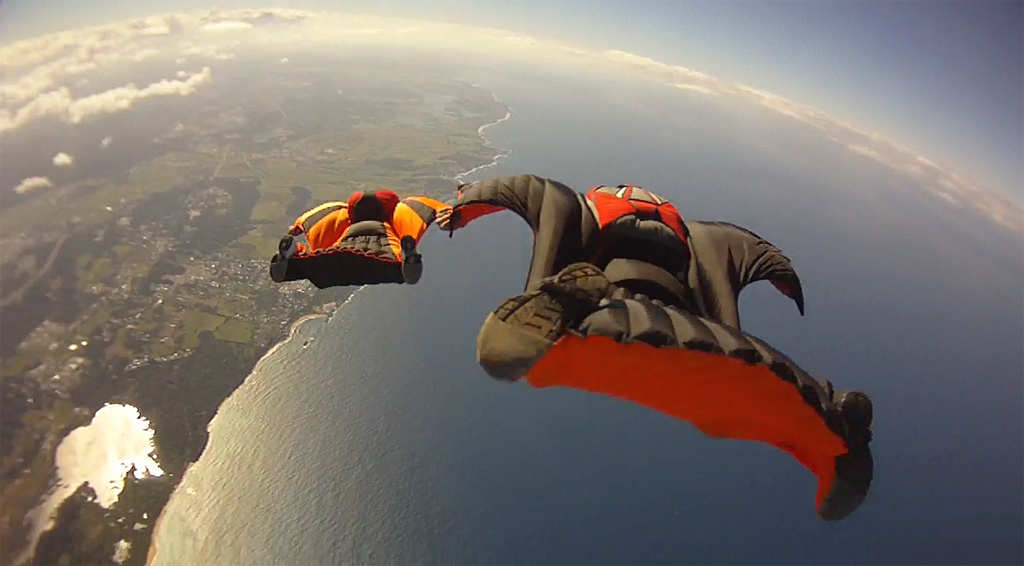 Photo : Richard Schneider ; Source : http://upload.wikimedia.org/wikipedia/commons/9/9b/Ocean_Wingsuit_Formation_(6366966219).jpg  CC BY 2.0