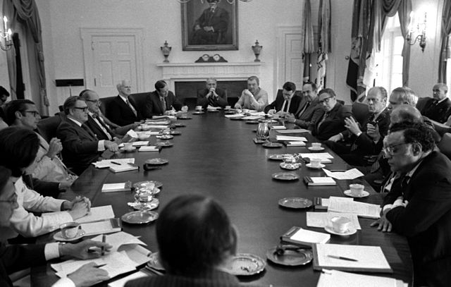 640px-President_Gerald_Ford_meets_with_his_Cabinet_June_25_-_1975